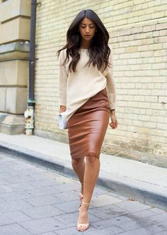 Street style outfit - leather pencil skirt and oversized cream sweater with heels Fashion Mode, Work Fashion, Womens Fashion, Fashion Trends, Style Fashion, Fashion News, Fashion Skirts, Latest Fashion, Fashion Outfits