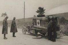 FRANCE - Grande Guerre: quand les Américains sont venus au secours des blessés de Verdun - France 24 France 24, Ambulance, Bataille De Verdun, Military Jokes, World War One, American Soldiers, Red Cross, Ford Models, Wwii