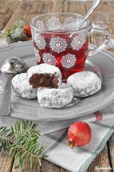Chocolate buns with chocolate drops and almond / Double chocolate almond snowball cookies Greek Sweets, Greek Desserts, Greek Recipes, Xmas Food, Christmas Cooking, Chocolate Snowballs, Greek Cookies, Greek Pastries, Biscuits