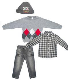 Abbigliamento bimbo: cappellino, camicia maglione e jeans.