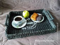 Плетеный поднос для завтраков в постель.
