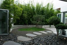 Eco Outdoor bluestone steppers in contemporary architecture, Deane Poile Design, install by Nature's Visions Landscapes. Front Entrance Ways, Front Entrances, Rock Mulch, Nelson Garden, Landscape Design, Garden Design, Crazy Paving, Next Garden, Topiary Garden