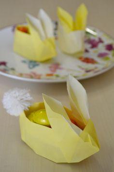 Un tutorial per imparare a creare i conigli origami porta uova di cioccolata, segnaposto di Pasqua perfetto per colorare e ravvivare la tavola delle feste.