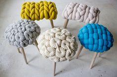 créatrice Irlandaise spécialisé dans le tricot: Claire-Anne O'Brien!  Des tabourets dont les sièges sont habillés et entourés de laine version grosse maille dans des bleus turquoise, crèmes, jaunes moutarde et roses pâle...