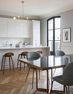 Elegant modern classic with a twist in Paris - Home Decor Interior Design Kitchen, Modern Interior Design, Modern Decor, Interior Architecture, Modern French Kitchen, Modern Classic Interior, Modern Font, Modern Typography, Paris Home Decor