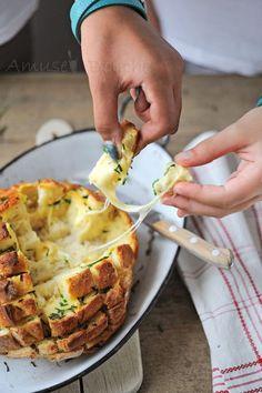Pain dégoulinant de fromage à partager ^^ avec une miche de pain déjà cuite et des tranches de fromages à raclettes ^^