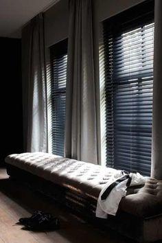 Horizontale jaloezieën gecombineerd met dichte gordijnen op de slaapkamer......lekker lichtdicht!
