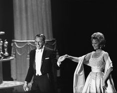 Frank Sinatra presenting with Donna Reed at the 1963 Oscar awards. Both Frank and Donna won Oscars for the 1953 movie, From Here To Eternity. Frank rarely appeared in white tie and cut away tux. The 2014 Oscars will be on March 2 - mark your calendars. Hollywood Music, Hollywood Stars, Old Hollywood, Robert Mulligan, Great American Songbook, Joey Bishop, Donna Reed, Oscar Fashion, Humphrey Bogart