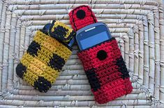Soft tartan cases to protect your mobile phone against scratching. Elegant and practical, they have an easy to use Velcro closure. Crocheted with worsted weight cotton, an easy and fast work to practice tapestry technique. Perfect gift for any occasion.