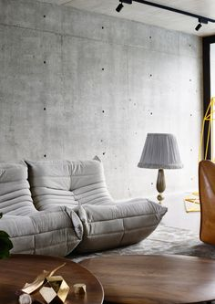 Stunning Modern Home with Unique Details 2019 Ligne Roset.r The post Stunning Modern Home with Unique Details 2019 appeared first on Sofa ideas. Bar Interior, Living Room Decor, Living Spaces, Bedroom Decor, Industrial Interiors, Industrial Bookshelf, Industrial Door, Industrial Apartment, Industrial Bathroom