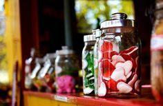 Słodkie szaleństwo - candy bar - Czym jest candy bar? Ile kosztuje? Czy to dobre rozwiązanie? Poniżej kilka słów na temat candy baru. Z pewnością to fantastyczna atrakcja. Czym jest candy bar? Candy bar to po prostu bar lub bufet ze słodyczami. W ostatnim czasie to bardzo popularna atrakcja. W końcu słodycze uwielbiają nie tylko... - http://www.letswedding.pl/slodkie-szalenstwo-candy-bar/