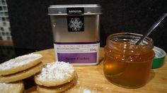 """Space Cookie Plätzchen  1) 150g Butter, 100g Zucker, 2 TL Vanillezucker, 250g Mehl, 1 Eigelb und 1 EL Zimt zu einem klatten Teig kneten. Den Teig in Folie für 30 Min in kühlen. 2) 4TL samova """"Space Cookie"""" Tee in 0,5 l heißem Wasser aufbrühen. Danach mit 250g Gelierzucker aufkochen und 3 Min kochen. Gelee abkühlen. 3) Den Teig ausrollen und Kreise ausstechen. Plätzchen im Ofen bei 170 Grad ca. 8 Min aufbacken. 4) Die Plätzchen mit dem warmen Gelee bestreichen und ein zweites Plätzche…"""