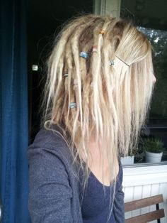 Do beads too! Blonde Dreadlocks, Dreads Short Hair, Half Dreads, Partial Dreads, Dreads Girl, Thin Dreads, Long Hair, Dreadlock Hairstyles, Messy Hairstyles