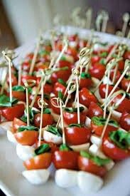 caprese bites as appetizers or snacks Wedding Canapes, Wedding Appetizers, Fall Appetizers, Wedding Snacks, Party Canapes, Fall Wedding Foods, Wedding Reception Appetizers, Spinach Appetizers, Vegetarian Recipes
