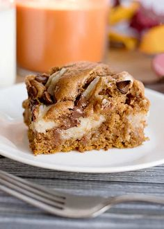 This easy Pumpkin Earthquake Cake is perfect for fall! It's made with spice cake mix that's been doctored up with canned pumpkin, and pumpkin spice. Pumpkin Earthquake Cake Recipe, Earthquake Cake Recipes, Pumpkin Spice Cake, Pumpkin Dessert, Pumpkin Pumpkin, Chocolate Pumpkin Cake, Fall Desserts, Dessert Recipes, Spice Cake Mix Recipes