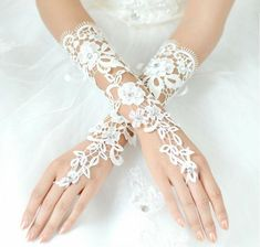 Bridal Accessories Compatible With Wedding Dress: Accessories For The Bride Hand