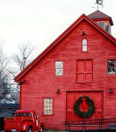 red barn w/ oversized wreath & vintage red truck Country Barns, Country Living, Barn Living, Country Roads, Cabana, Architecture Design, Farm Barn, Red Barns, Barn Quilts