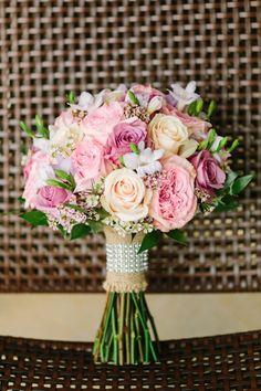 runder Hochzeitsstrauß, rosa und creme Rosen, Ideen für Hochzeit in Pastelltönen