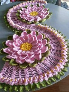 Recipe for how to make this beautiful crochet table path in the sunflower crochet pattern Crochet Flower Tutorial, Crochet Flower Patterns, Embroidery Patterns Free, Crochet Motif, Crochet Designs, Crochet Doilies, Crochet Flowers, Irish Crochet, Crochet Table Runner