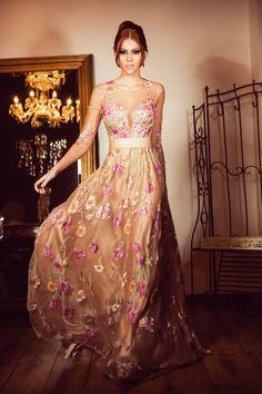 Com direito a aplicações florais em todo o corpo e ao longo da saia, este modelo evasê é encantador. A faixa na cintura tem o mesmo tom do forro utilizado na saia e, esse detalhe, equilibra a mistura de cores! Um vestido para nossas formandas e madrinhas que só poderia ..