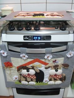 30 Estupendas ideas para decorar la puerta del horno - Dale Detalles Diy Home Crafts, Sewing Crafts, Sewing Projects, Projects To Try, Hanging Quilts, Plastic Bag Holders, Homemade Quilts, Cat Quilt, Fun Hobbies