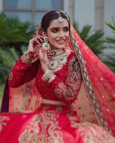 Totally unique and gorgeous bridal earrings design with a round embellished kundan polki paired with an elegant kundan polki necklace! (C) Razz Films And Photography #wittyvows #indianwedding #indianbride #indianbridaljewellery #bridaljewellery #jewelryforwomen #bridalearrings #indianweddinginspiration #weddingideas #bridalaccessories