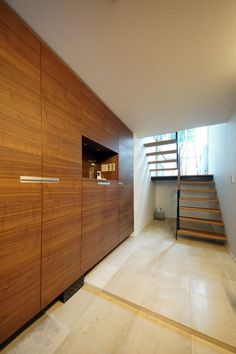大きなプライベートテラスと光井戸が光を導く家: terajima architectsが手掛けた廊下 & 玄関です。 | homify Entry Doors, Entrance, Bedroom Cupboards, Japanese House, Home Fashion, Kitchen Decor, Relax, Stairs, Home And Garden