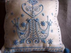 鳥の柄のスウェーデン刺繍のクッション〈ウール/ブルー〉の画像5枚目