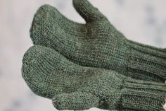One of the best things about winter is the ability to wear large, comfy mittens, and the Toasty Warm Stockinette Stitch Mittens fit that description perfectly. Mitten patterns can seem daunting if you are looking for beginner knitting patterns, but t Beginner Knitting Patterns, Animal Knitting Patterns, Knitting For Beginners, Free Knitting, Knitting Projects, Hat Patterns, Knitted Mittens Pattern, Crochet Mittens, Knit Or Crochet