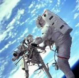 Nasa astronaut Steven L. Smith standing on the end of the remote manipulator system of the space shuttle during a Hubble Space Telescope servicing mission in Nasa Goddard, Apollo 11, Sistema Solar, Strange Things Are Happening, Exposition Photo, Nasa Photos, Hubble Space Telescope, Telescope Images, Nasa Space