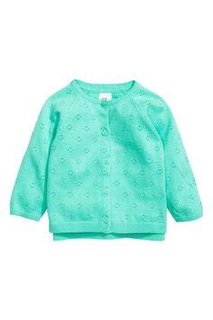 Casaco de malha fina: Casaco em malha fina de algodão com padrão em malha aberta. Tem botões brilhantes na frente e mangas raglan compridas.