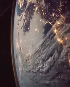 🛰 Un survol de la Terre depuis la Station spatiale internationale. / A flyby of Earth from the International Space Station. Planets Wallpaper, Wallpaper Space, Galaxy Wallpaper, Earth And Space, Planet Earth From Space, Earth From Moon, Live Earth, Our Planet, Space Planets