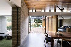 Reforma em casa australiana traz iluminação natural e espaços integrados com a…