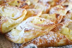 Kogus 2 ahjuplaati   Taigen:  500g jahu  25g pärmi  50g võid/ margariini  70g suhkrut  1tl soola  2,5dl vett   Kihistamiseks 200g võid või m...