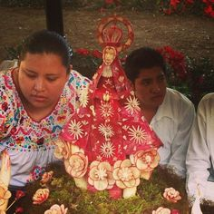 Oax Radish Festival: family with exquisite lay carvedVirgin of Soledad, patron saint of Oaxaca