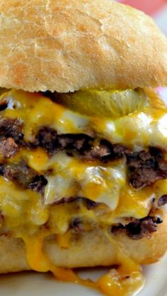 Oven-Baked Cheeseburger Sliders - Are you a fan of Cheeseburgers from Krystals or White Castles? If so, you will love these cute, fun, delicious oven baked sliders.Oven Baked Cheeseburger Sliders- for when its too cold to grilloven baked cheesesburger sli I Love Food, Good Food, Yummy Food, Pan Relleno, Great Recipes, Favorite Recipes, Gula, Slider Recipes, Soup And Sandwich