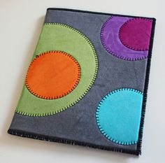 Free DIY wool applique with blanket stitch - by sewing machine. Pretty sewing gift, easy to make. Sewing Blogs, Sewing Tutorials, Sewing Hacks, Sewing Tips, Video Tutorials, Wool Embroidery, Wool Applique, Machine Embroidery, Fabric Crafts
