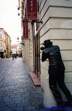 This unique statue may look awfully strange, but if you see it in Bratislava, Slovakia it will make more sense. The statue is located right in front of the Paparazzi restaurant. Wassily Kandinsky, Funny Statues, Melbourne, Outdoor Art, Public Art, Installation Art, Art Installations, Sculpture Art, Anatomy Sculpture