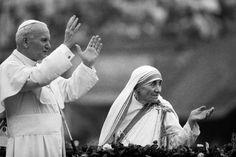 Mutter Teresa mit Papst Johannes Paul II. im Jahr 1986: Die Ordensfrau Mutter Teresa wird heiliggesprochen. Papst Franziskus unterzeichnete ein Dekret über die Heiligsprechung und legte als Termin den 4. September fest, wie der Vatikan mitteilte.