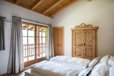 Chalet a La Valle, Wengen, Italia. Chalet d'Ert - dal ladino Chalet dell'Arte - è una casa molto speciale dove Arte e Tradizione si incontrano per offrire un soggiorno unico, in un ambiente di gusto e grande armonia. E' locato in una zona residenziale molto pacifica, ma strategica ...