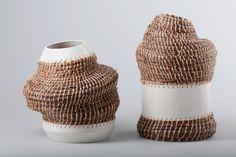Manden van Portugese designer Oneida Tavares. Ze maakt gebruik van keramische vormen en een prachtig weefwerk van dennennaalden.