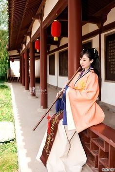 A Chinese girl in traditional costume playing flute on a veranda Hanfu, Cheongsam, Traditional Fashion, Traditional Dresses, Traditional Chinese, Oriental Fashion, Asian Fashion, Chinese Fashion, Asian Woman