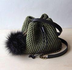 Crochet bucket purse Mini bucket bag T shirt yarn green - Knitting 2019 - 2020 Free Crochet Bag, Crochet Tote, Crochet Handbags, Crochet Purses, Bucket Bag, Tshirt Garn, Diy Sac, Yarn Bag, Leather Tassel