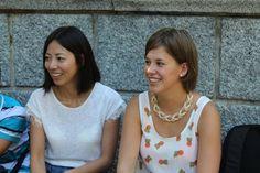 Español para extranjeros, dos alumnas sentadas.