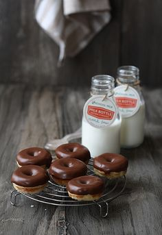 Cute milk bottles with event tags and cookies or donuts Yummy Treats, Sweet Treats, Yummy Food, Köstliche Desserts, Dessert Recipes, Chocolate Donuts, Chocolate Covered, Mini Donuts, Donut Recipes