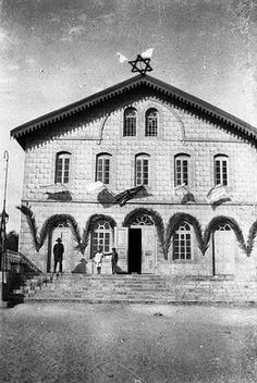 Synagogue in Rishon, 1917, Jewish soldier in doorway, British flag flying