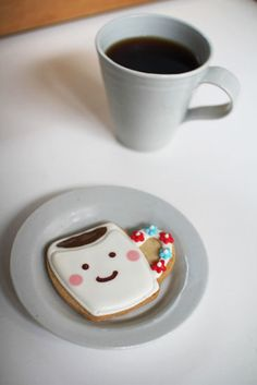 almost too cute to eat! (almost) and it's a double mug shot a mug of coffee and a mug o' cookie! Coffee Set, I Love Coffee, Coffee Cafe, Coffee Break, Coffee Drinks, Galletas Cookies, Cute Cookies, Sugar Cookies, Coffee Cookies
