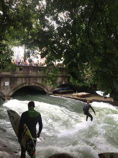 Surfen im Englischen Garten. Wie cool ist das. Surfen in einem Fluss.