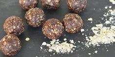Lækre havregrynskugler i en sundere udgave helt uden smør, men med dadler og kokosolie. De er super nemme at lave og kan spises med god samvittighed.