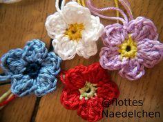 Diese Woche möchte ich euch eine Anleitung für eine einfache Häkelblume zeigen. Auch für Anfänger geeignet! Die Blume hat einen Durchmesser von ca. 4 cm und eignet sich somit gut, um Taschen, Schals etc. dekorativ zu verschönern. Ihr braucht dazu…